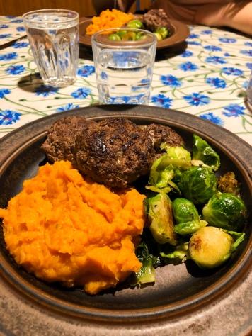 Sötpotatispure och köttfärsbiffar och miniblomkål